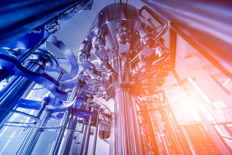 La machine de remplissage automatique transforme l'eau en bouteilles PET en plastique images stock