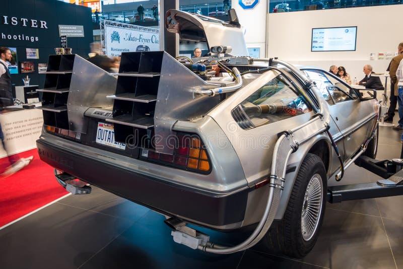 La machine de temps de DeLorean de nouveau à la future concession basée sur une voiture de sport de DeLorean DMC-12 image libre de droits