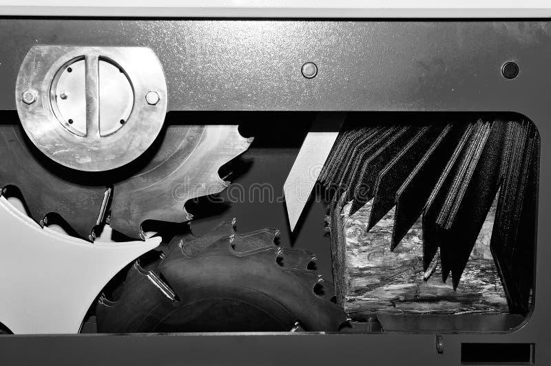 La machine industrielle de travail du bois avec la circulaire a vu l'image modifiée la tonalité par disque images stock