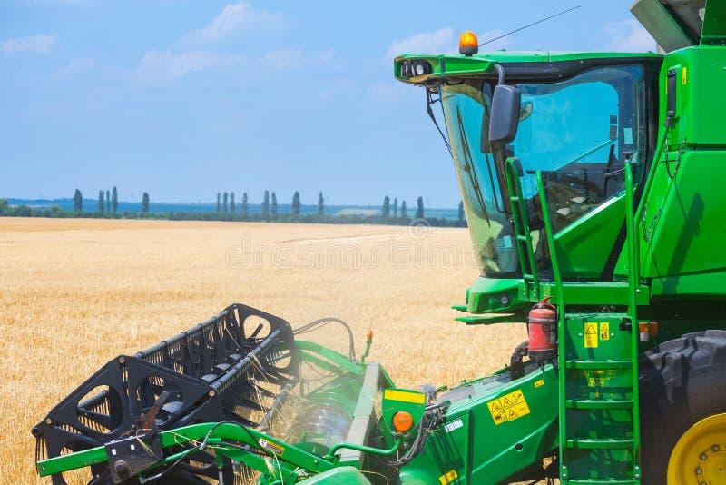 La machine pour moissonner des cultures de grain - combinez la moissonneuse dans l'action sur le champ de seigle au jour d'été en images stock