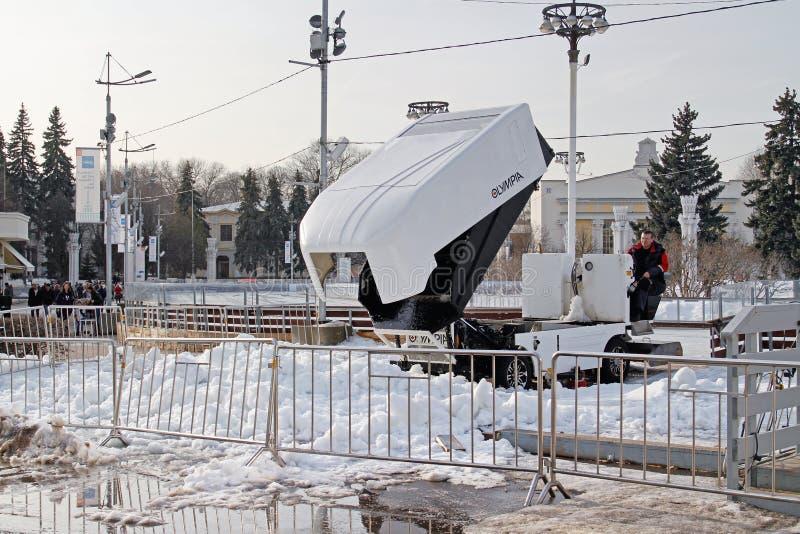 La machine pour reblanchir la glace dégageant la neige après une session sur une piste vide sur VDNH à Moscou photo stock