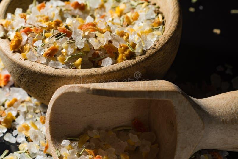 La macro collection, sel de mer blanche s'est mélangée aux herbes italiennes, rosem photos stock