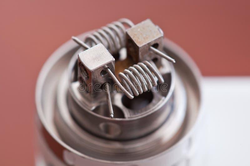 La macro foto di nuova bobina del clapton ha montato nella sigaretta elettronica fotografia stock