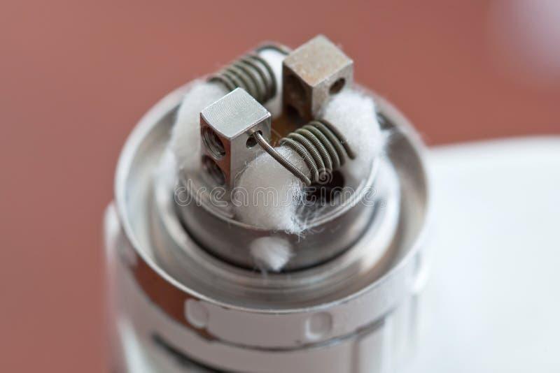 La macro foto di nuova bobina del clapton ha montato nella sigaretta elettronica immagine stock
