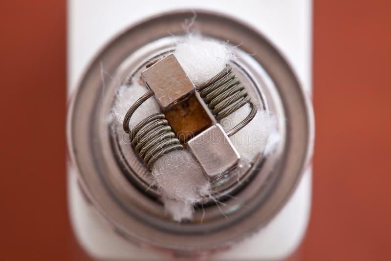 La macro foto di nuova bobina del clapton ha montato nella sigaretta elettronica immagini stock libere da diritti