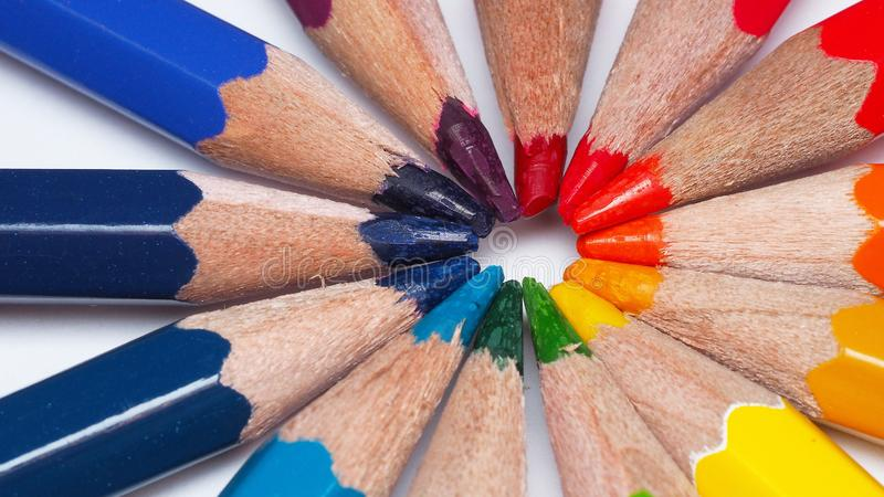 La macro photographie des astuces de dessin colorées de crayon font le cercle d'arc-en-ciel image libre de droits
