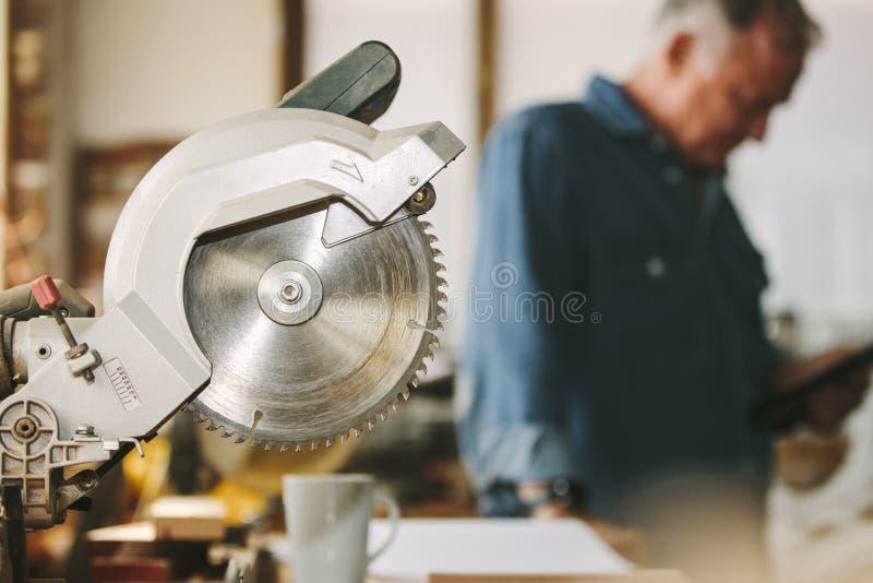 La madera circular vio en taller de la carpintería fotos de archivo libres de regalías