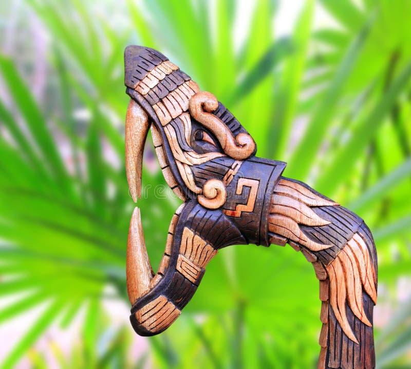 La madera del símbolo de la serpiente de Chichen Itza handcraft México imagen de archivo libre de regalías