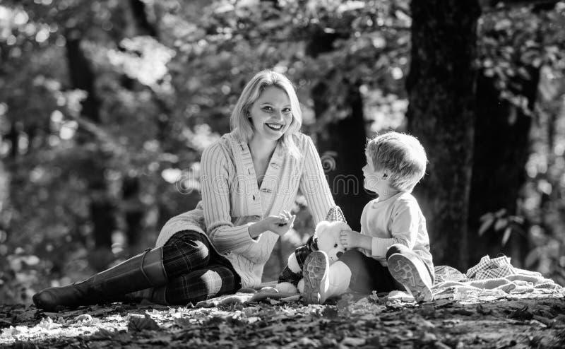La madre ama a su peque?o ni?o del muchacho tiempo soleado Alimento sano Humor del resorte D?a feliz de la familia Comida campest fotografía de archivo
