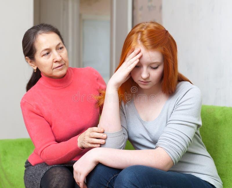 La madre chiede il perdono dalla figlia immagini stock libere da diritti