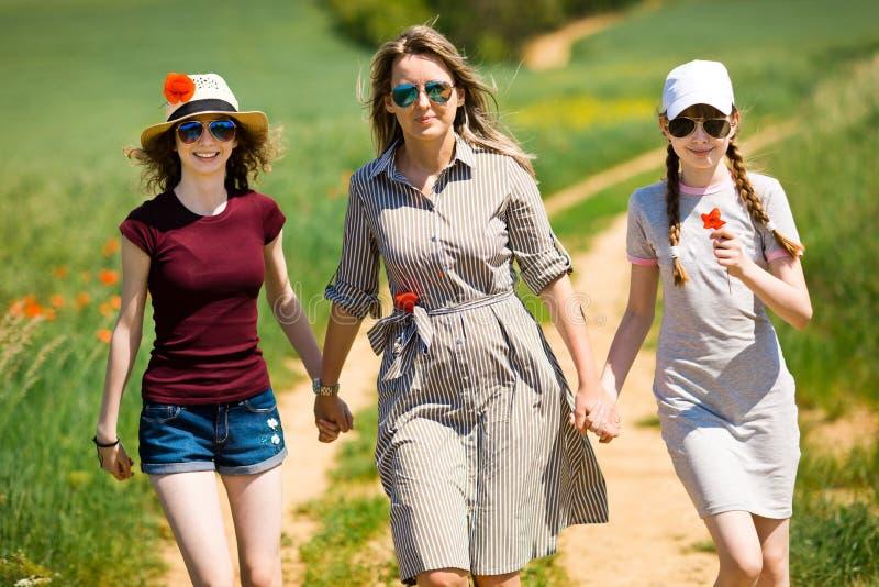 La madre con la hija est? caminando de com?n acuerdo fotos de archivo