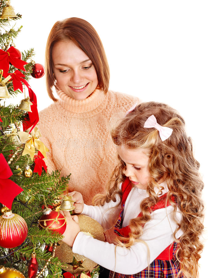 La madre con la hija adorna el árbol de navidad.