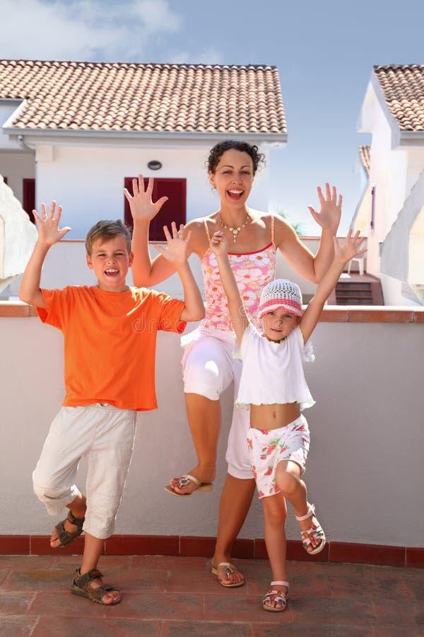 La madre con la ragazza ed il ragazzo si levano in piedi sul balcone immagini stock libere da diritti