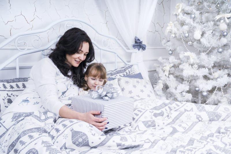 La madre dà un regalo a sua figlia immagini stock libere da diritti