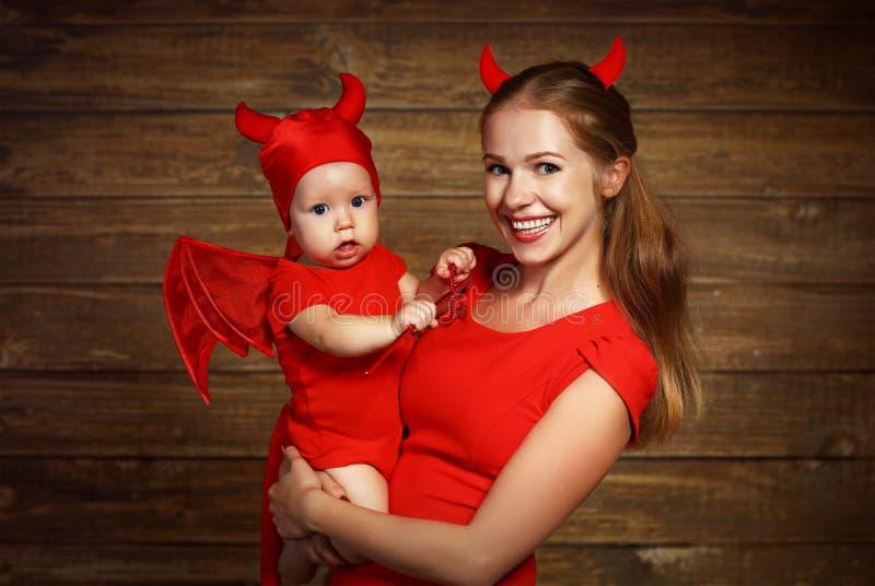 La madre de la familia y el hijo del bebé celebran Halloween en traje del diablo fotos de archivo libres de regalías
