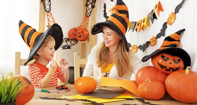 La madre de la familia y la hija del niño se están preparando para Halloween y foto de archivo libre de regalías