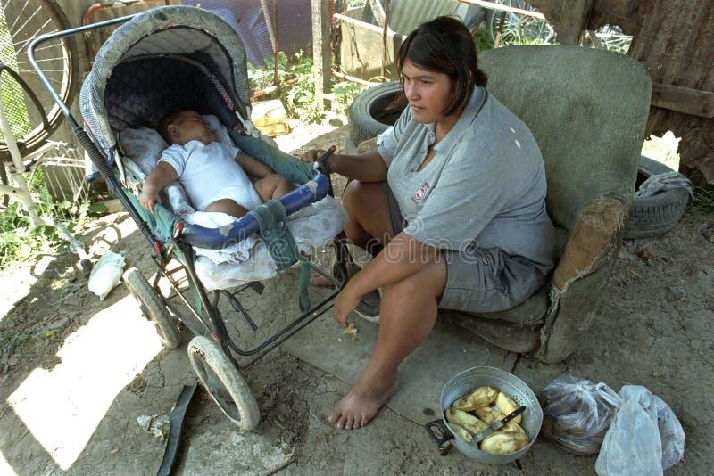 La madre dell'Argentina con il bambino vive nella grande povertà fotografia stock libera da diritti