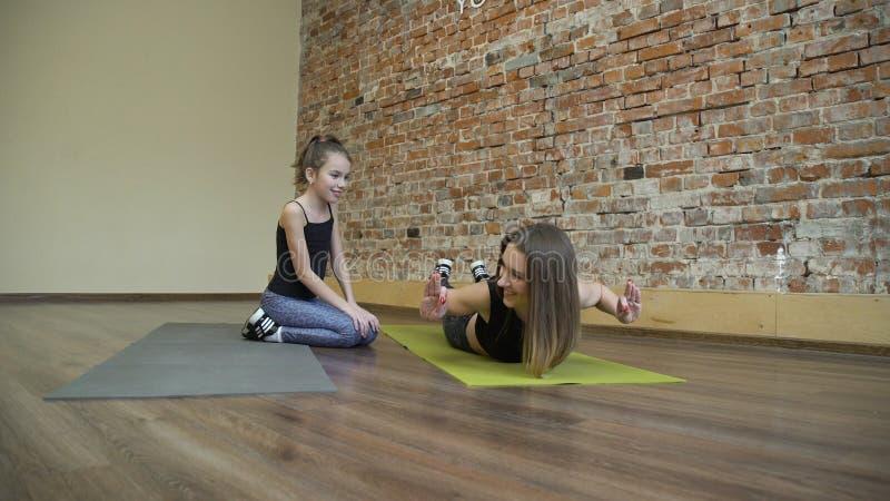 La madre della famiglia di stile di vita di forma fisica di sport insegna al bambino immagine stock libera da diritti