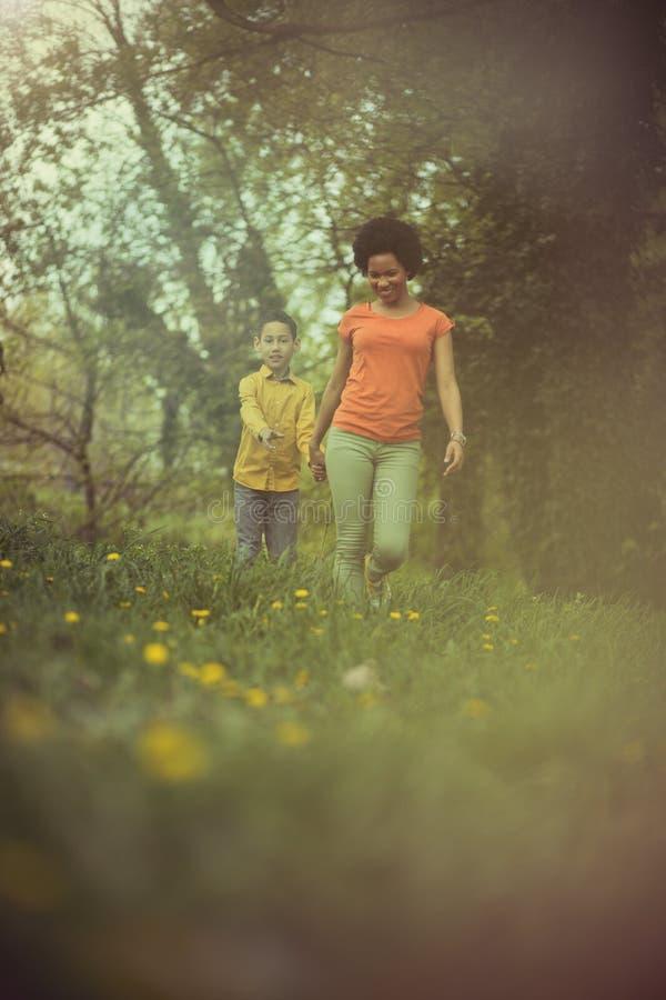 La madre desempeña un mismo papel fundamental en la vida de un niño foto de archivo