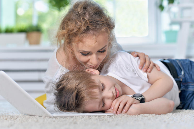 La madre despierta al pequeño hijo imagen de archivo