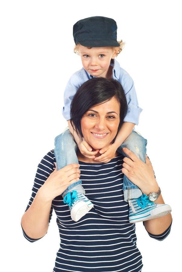 La madre di guida del ragazzo dentro trasporta sulle spalle fotografia stock libera da diritti