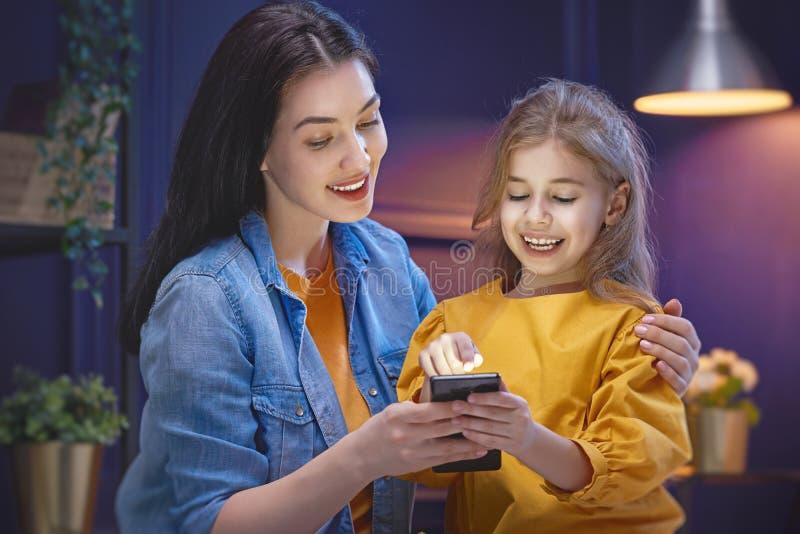 La madre e la figlia stanno giocando fotografia stock