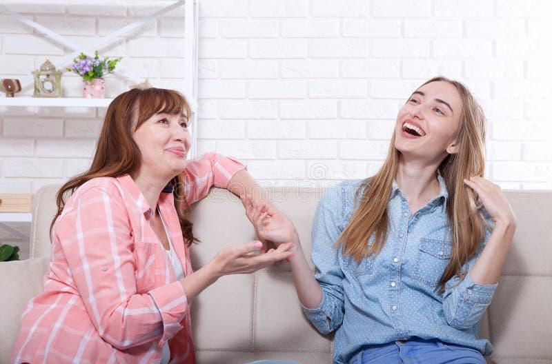 La madre e la figlia stanno parlando a casa e divertiresi Relazioni ed amore della famiglia Copi lo spazio Giorno di madri fotografia stock libera da diritti