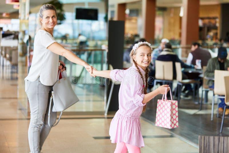 La madre e la figlia vanno acquistare fotografia stock libera da diritti