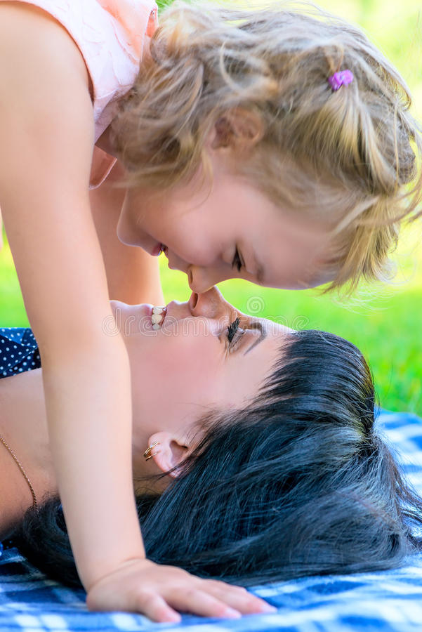 La madre e la figlia che giocano di estate parcheggiano immagini stock libere da diritti