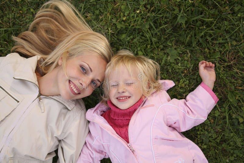 La madre e la figlia si sono trovate fotografia stock