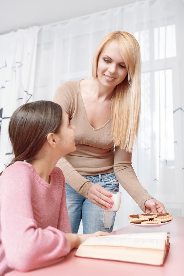 La madre e la figlia studiano insieme immagini stock libere da diritti