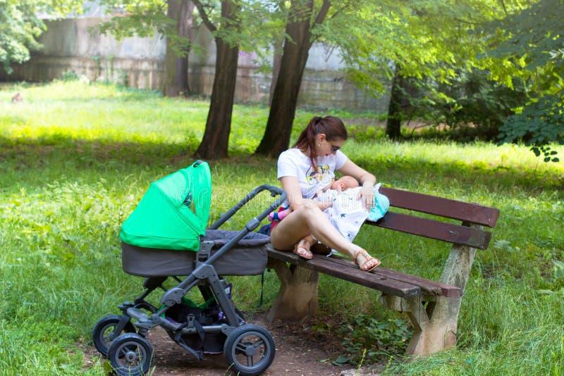 La madre ed il bambino, giovane mamma parenting il suoi piccoli bambino, allattamento al seno della donna e tenuta il suo bambino fotografie stock