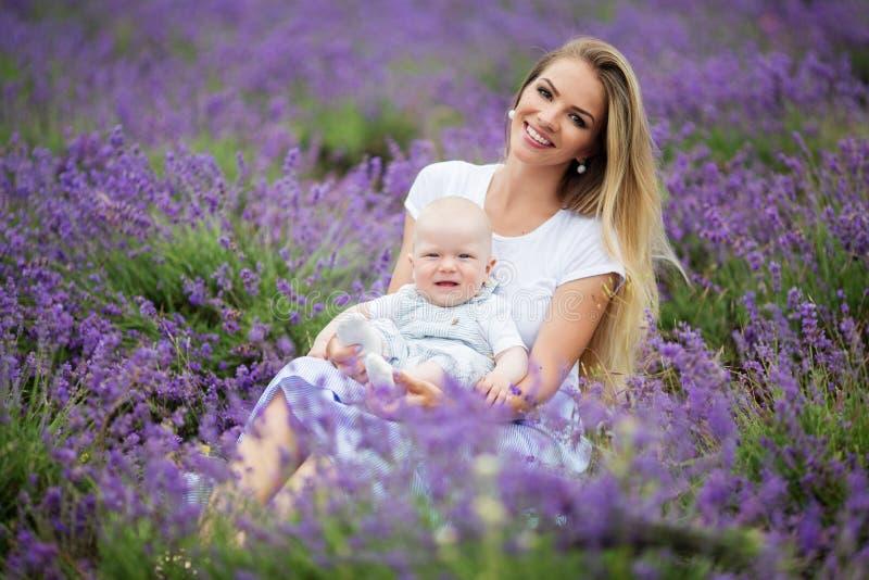 La madre felice e suo piccolo il neonato che si divertono in una lavanda sistemano fotografie stock libere da diritti