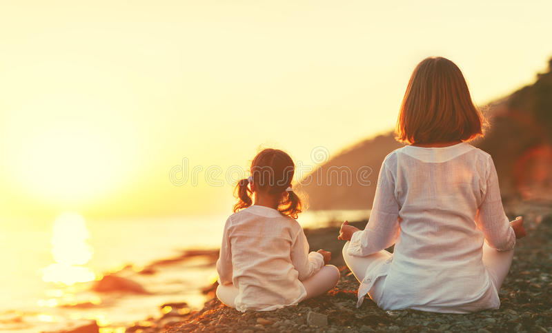 La madre feliz y el niño de la familia que hacen yoga, meditan en posi del loto fotos de archivo libres de regalías