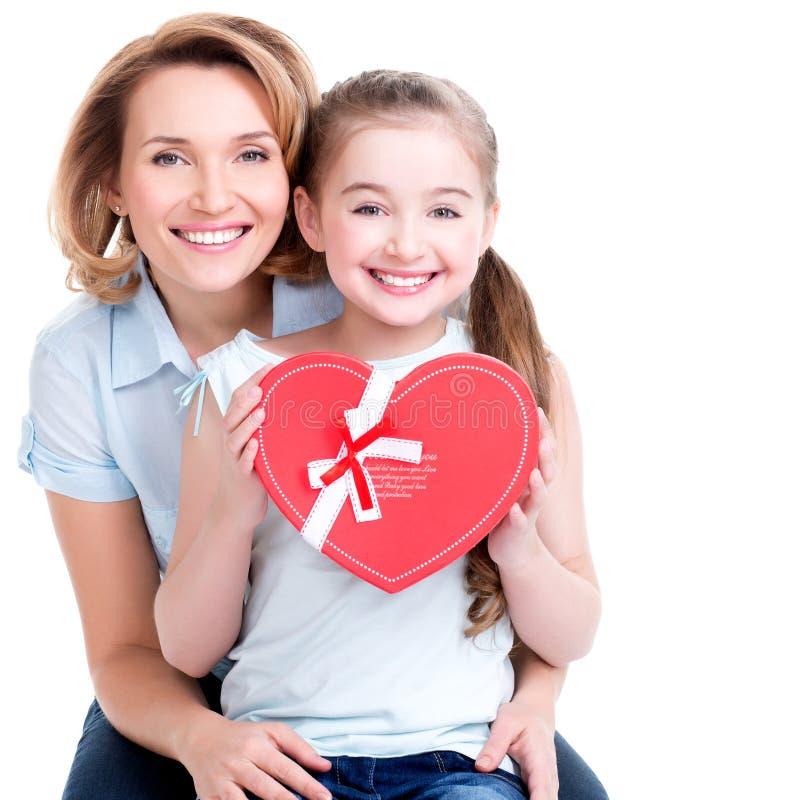 La madre feliz y la hija joven celebran el regalo para el cumpleaños fotos de archivo