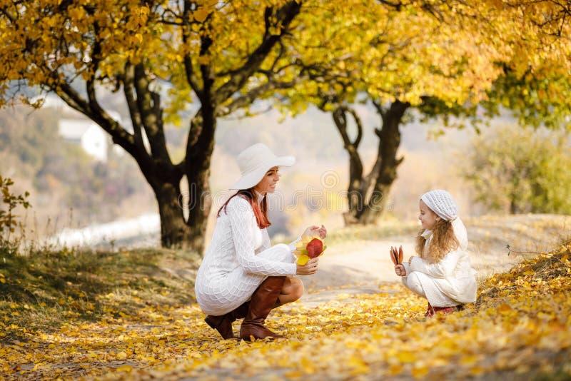 La madre hermosa encantadora camina con poca muchacha de la hija fotografía de archivo