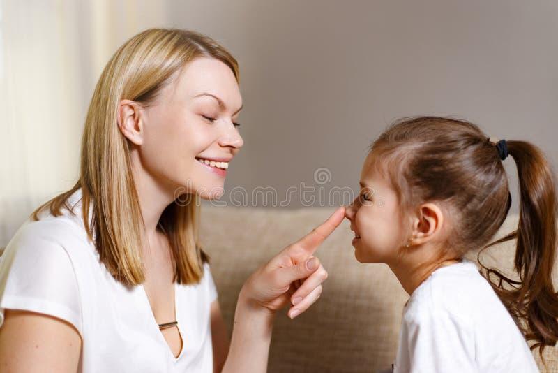 La madre hermosa está confortando a su hija frustrada joven foto de archivo libre de regalías