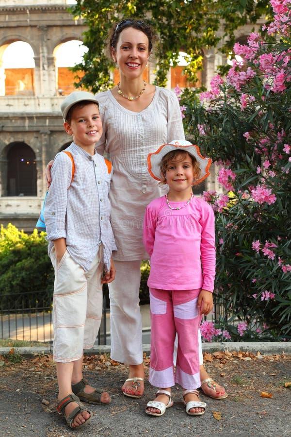 La madre, il figlio e la figlia sono Colosseum vicino fotografia stock libera da diritti