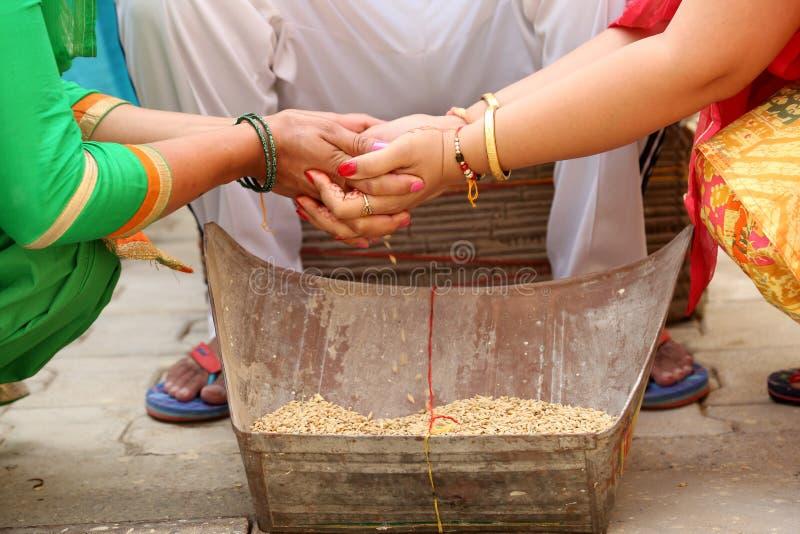 La madre india termina un Rasam en ritual de la boda imagen de archivo libre de regalías