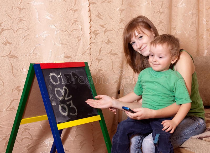 La madre insegna al bambino immagini stock libere da diritti