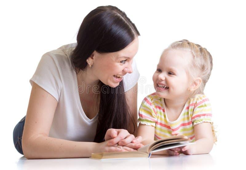 La madre insegna al libro di lettura per scherzare fotografie stock