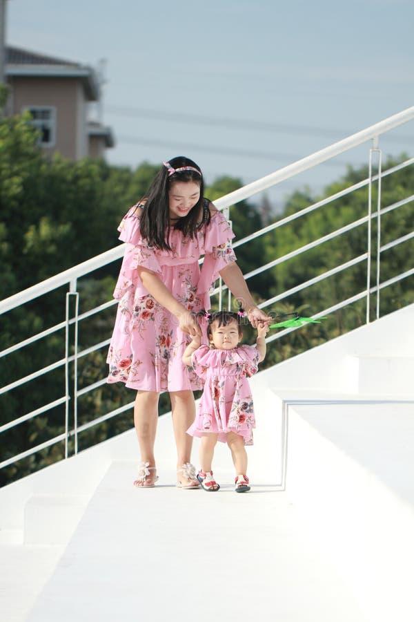 La madre insegna a sua figlia a come camminare immagini stock