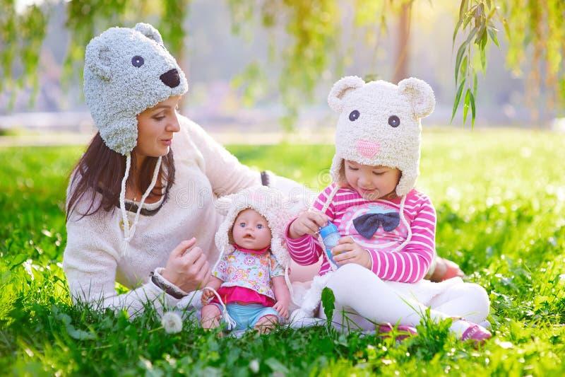 La madre joven feliz y su la hija que juegan en verano parquean fotos de archivo libres de regalías