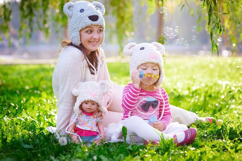 La madre joven feliz y su la hija que juegan en verano parquean fotografía de archivo libre de regalías