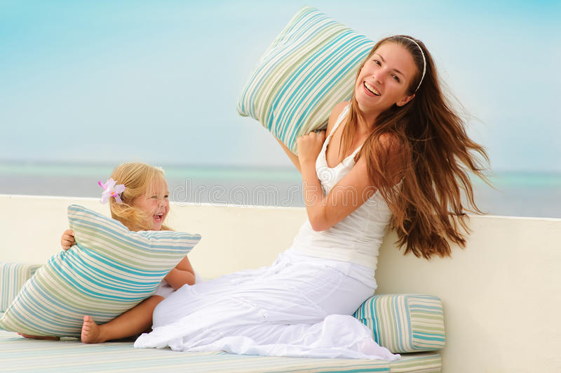 La madre joven y su hija se divierten al aire libre foto de archivo