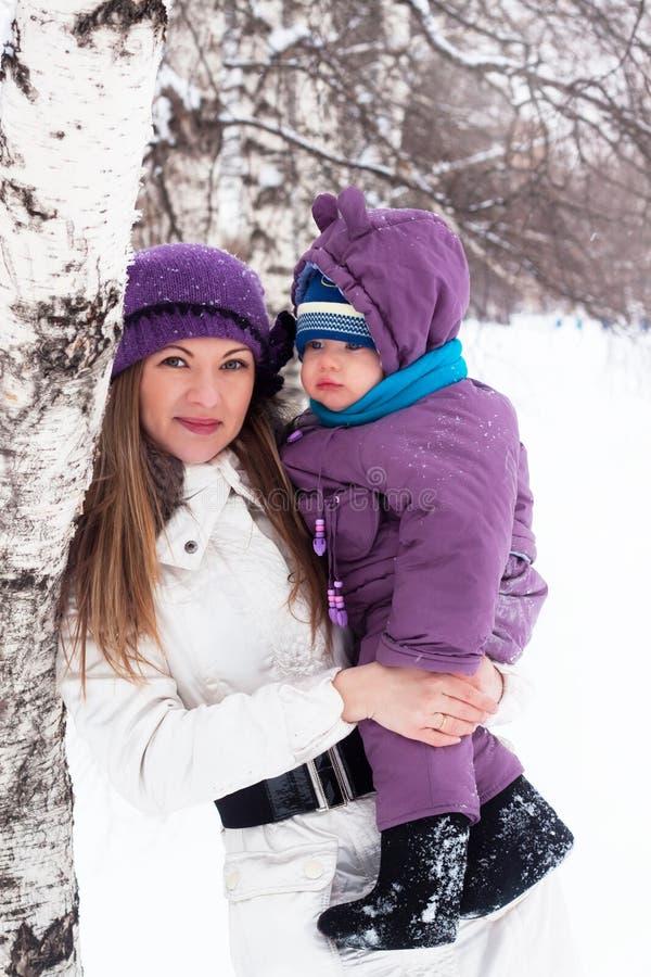 La madre mantiene un piccolo bambino in sue braccia. fotografia stock libera da diritti