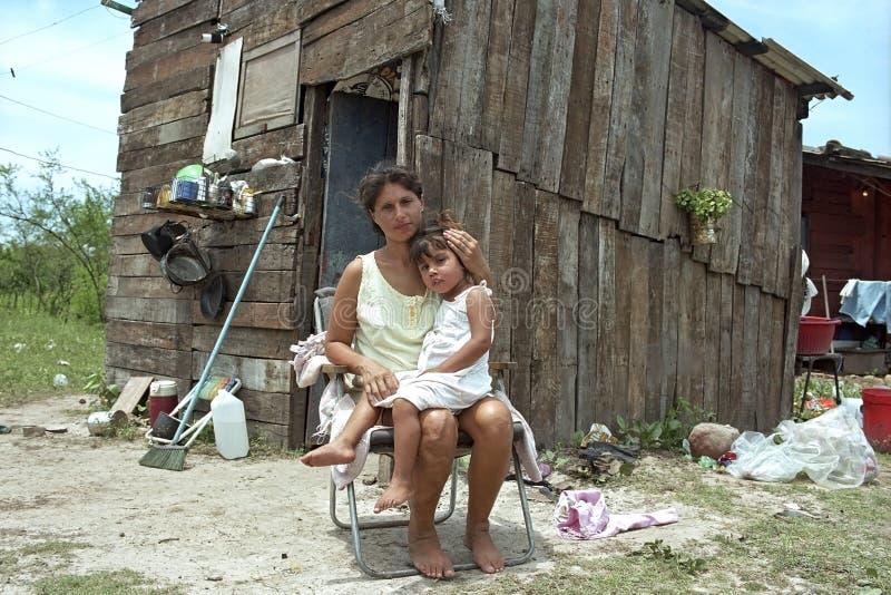 La madre paraguaiana ed il bambino vivono nella grande povertà fotografie stock libere da diritti
