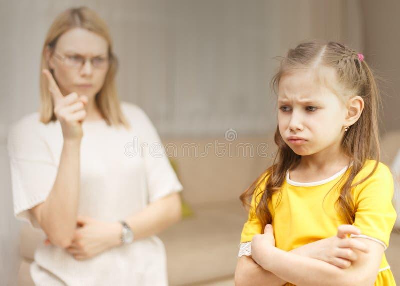 La madre rimprovera sua figlia Relazioni di famiglia L'istruzione del bambino immagini stock