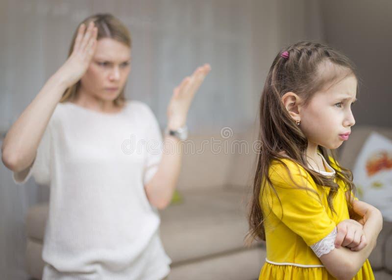 La madre rimprovera sua figlia Relazioni di famiglia L'istruzione del bambino fotografie stock