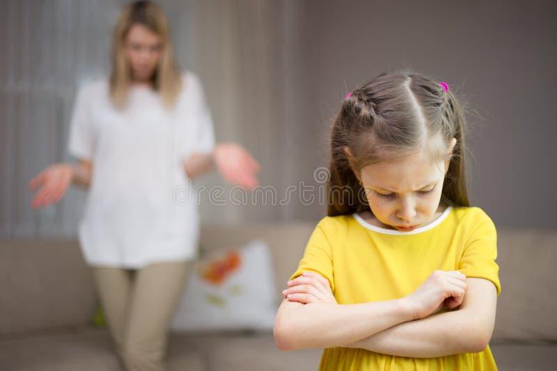 La madre rimprovera sua figlia Relazioni di famiglia L'istruzione del bambino immagine stock libera da diritti